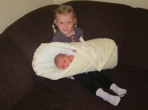 Hannah hält ihre kleine Schwester Katharina Ruth